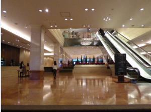 写真④ 入口Cを入ると3階です。左手がメインクロークです。 正面のエスカレーターで5階におあがりください。 4階から5階へのエスカレーターは、右手奥にございます。